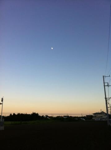 真ん中のは月です
