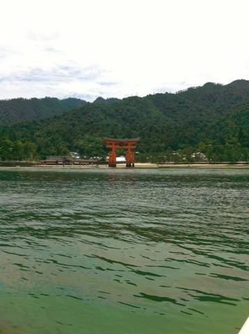 世界文化遺産厳島神社を眺めます
