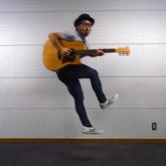 カトウトモタカ 公式ブログ/今日はギターを持ってジャンプしてますけど、明日はソファに座って歌います。 画像1