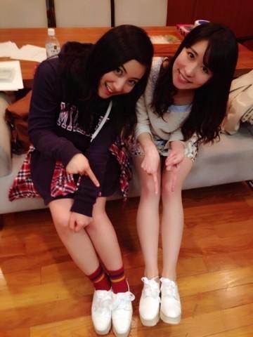 友達とおそろいの靴を履いた紗綾の私服の画像