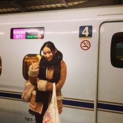 電車に乗る紗綾の私服の画像