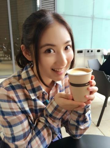 カプチーノを飲む紗綾の私服の画像