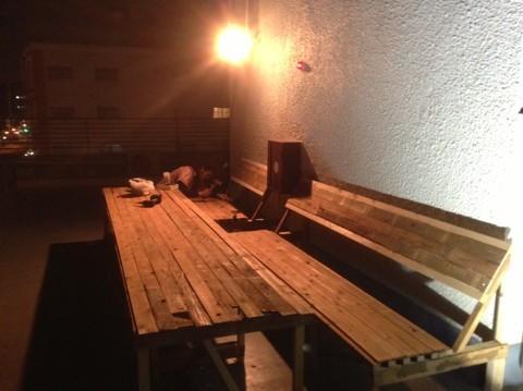 廃材を使ったテーブルとベンチ