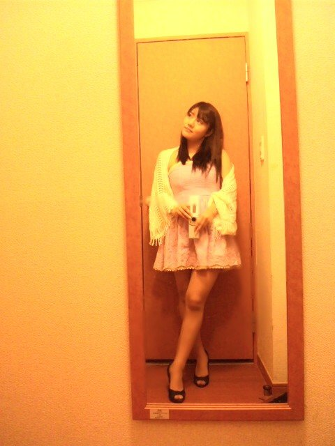 ミニスカート姿の小出真衣さん