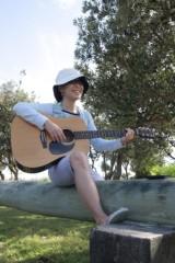 川崎りえ プライベート画像/こんな私ですけどよろしく♪ ギターを片手にビーチへお散歩