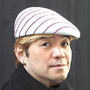 新しくあつらえた帽子をかぶって。