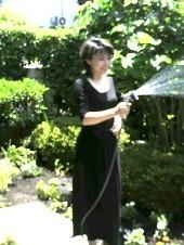 池内ひろ美 公式ブログ/庭に水をまく 画像1