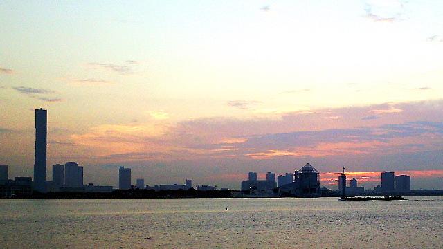 日の出桟橋から望む晴海埠頭の夕景