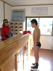 アントニオ小猪木 公式ブログ/体重測定の様子 画像1