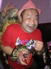 アントニオ小猪木 公式ブログ/手にはヘビ、頭にイグアナ 画像1