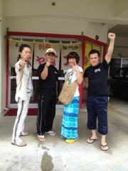 アントニオ小猪木 公式ブログ/餃子専門店の前で 画像1
