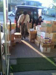 岡本夏生 公式ブログ/石巻の明友館で皆さんから頂いた大切な物資を積んでる写真です。 画像1