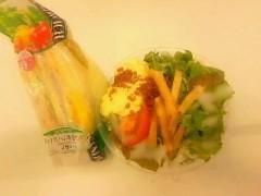 おかもとまり 公式ブログ/大学の学食でサラダとサンドイッチを食べます 画像1