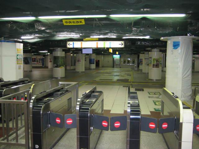 早朝の横浜駅