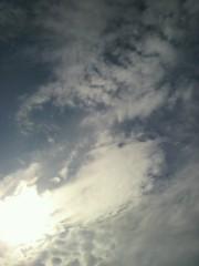 KICO 公式ブログ/帽子が風に飛ばされそうな瞬間と青空。 画像3